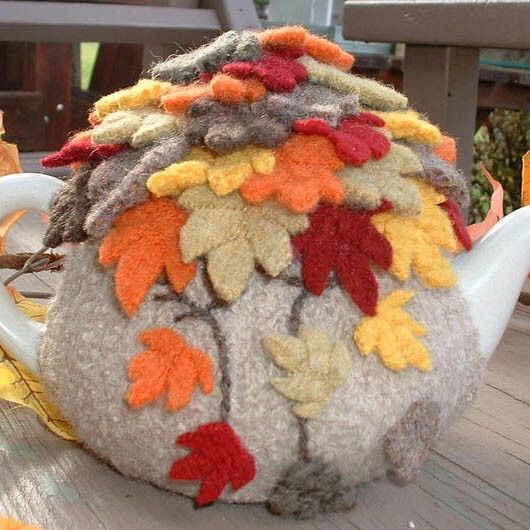 Tetera con funda hojas de otoño en ganchillo