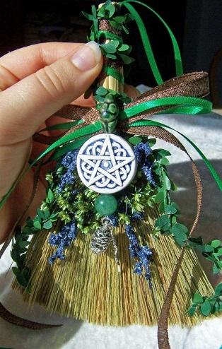 """Escoba celta con pentagrama y plantas """"mágicas"""" para proteger el interior del hogar"""
