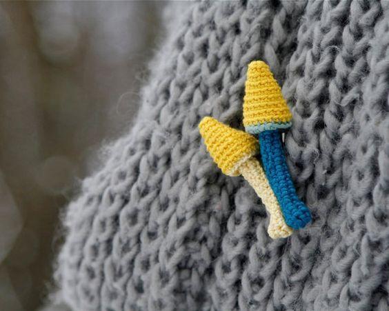 Dos setas picuditas en amarillo y azul para la solapa, hechas en crochet