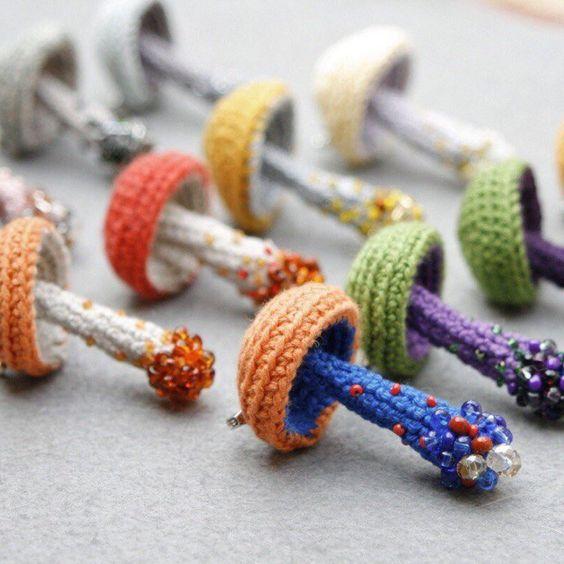 Setas de colores hechas en ganchillo