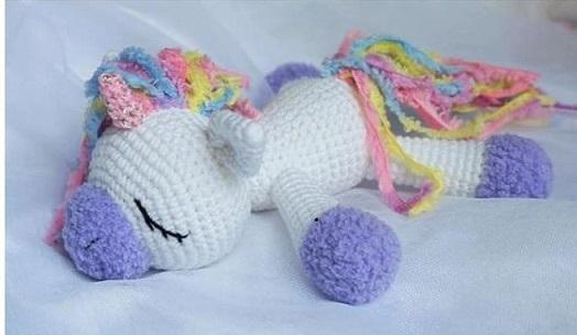 Unicornio bocabajo dormido, muñequito hecho en ganchillo para bebé