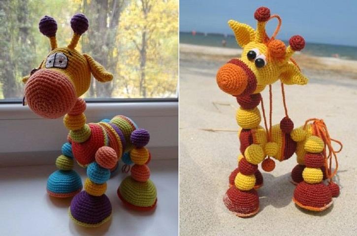 Dos jirafas hechas con bolas de ganchillo