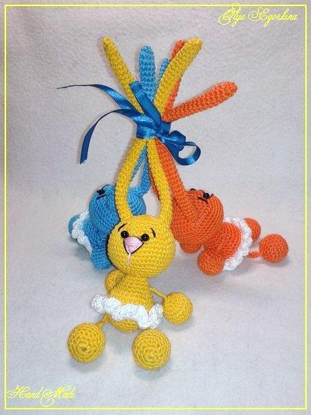 Tres conejitos de colores y orejas muy largas, de ganchillo