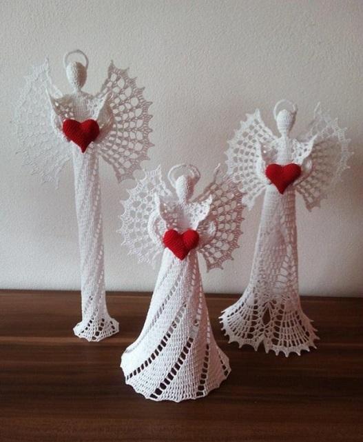 Tres preciosos ángeles con un corazón entre sus manos en ganchillo
