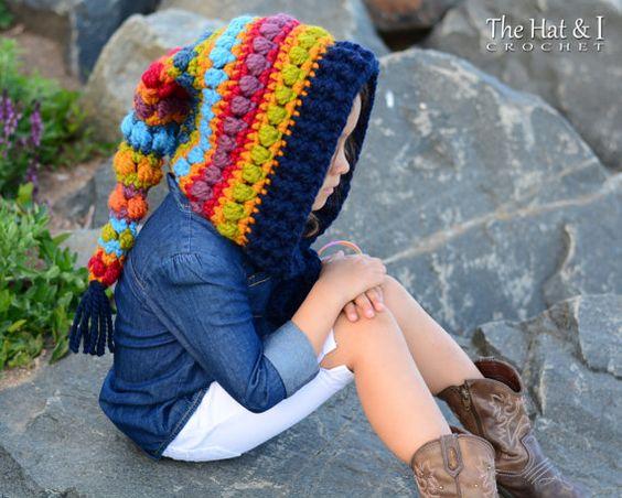 Nena posando con un gorro duende hecho en ganchillo