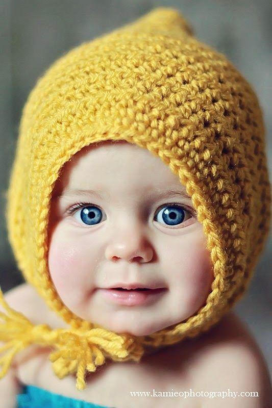 Bebé con un gorrito duende en color mostaza, hecho en ganchillo