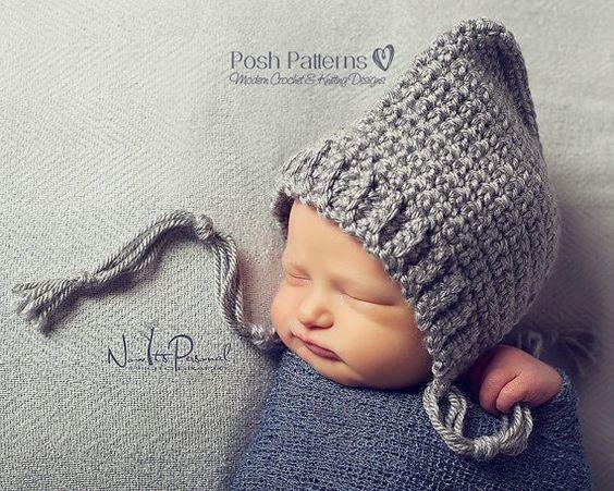 Bebé en sus primeras fotos con gorro básico de duende en color gris, hecho en ganchillo