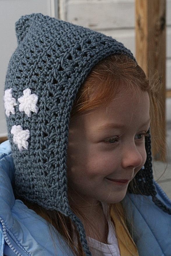 Nena pelirroja, graciosa y muy linda con un gorrito duende en ganchillo