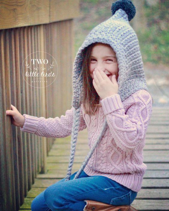 Nena riéndose con un gorrito duende en ganchillo