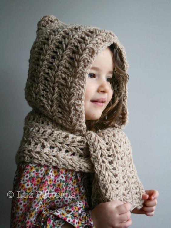 Nena posando con un gorro duende y bufanda acoplada en ganchillo